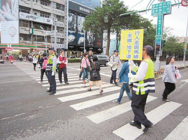 台中市警局加強取締未禮讓行人的汽機車,昨交大員警走上街頭宣導,提醒民眾行走斑馬線...