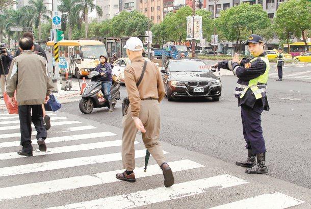 專人在各路口指揮交通,讓行人安全通過。 記者高彬原╱攝影