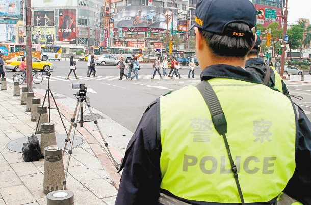 台北市警局今天起加強取締車輛不禮讓行人,在路口架起攝影機。 記者高彬原╱攝影
