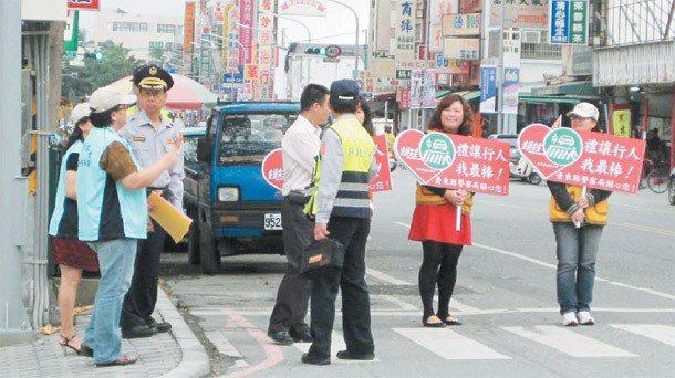 全國警方昨天同步實施「車不讓人」及「行人違規」專案取締勤務,台東縣警察局交通隊也...