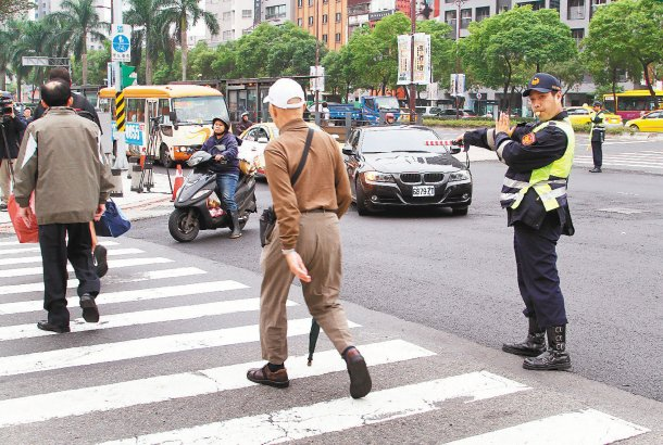 台北市警局昨天起加強取締車輛不禮讓行人,在中華路與寶慶路口執行勤務,發現路上車輛...