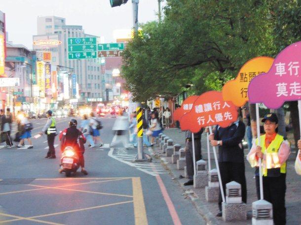彰化警方昨派員在彰化市中山路與南郭路舉牌宣導維護行人路權。 記者劉明岩╱攝影