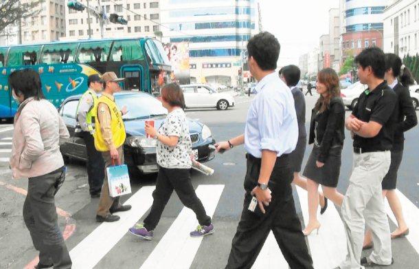 警政署「行人優先」大執法首日,竹縣在重要路口宣導,並攔下右轉汽車,讓行人優先通過...