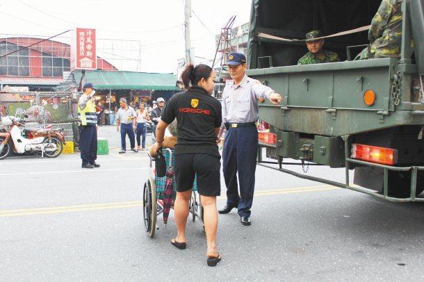 看護推著輪椅任意穿越馬路,被花蓮縣警察局吉安警分局員警攔下,開了1張勸導單;未來...