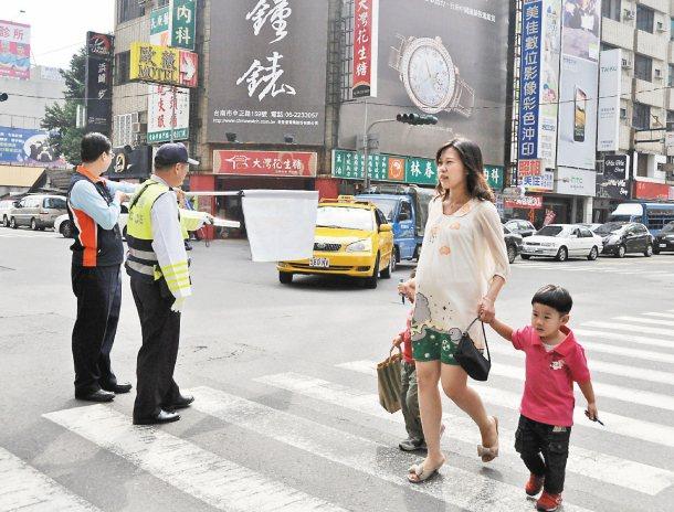 昨起進行汽機車不禮讓行人大執法,台南市交通大隊與交通局在永華、西門路口等地宣導。...