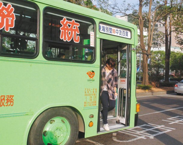 台中市響應本報願景工程,市公車全貼上「我開車禮讓」貼紙。 記者洪敬浤╱攝影