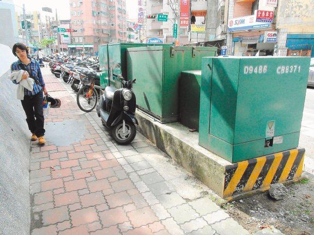 新竹市議員許修睿提出電箱占用人行道問題,建議市府協調台電遷移。 記者羅緗綸╱攝影