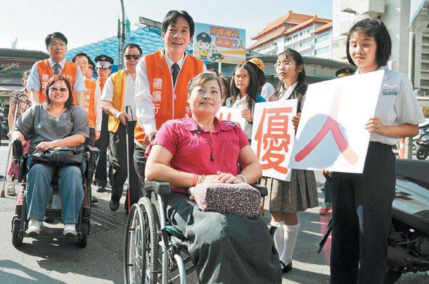 台南市定11月為禮讓行人月,昨天在南方公園旁辦宣導活動,市長賴清德(中)與副市長...