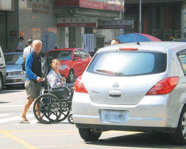新竹市議員林智堅要求改善南門醫院周邊交通,汽機車應讓道給病患。 圖╱本報資料照片