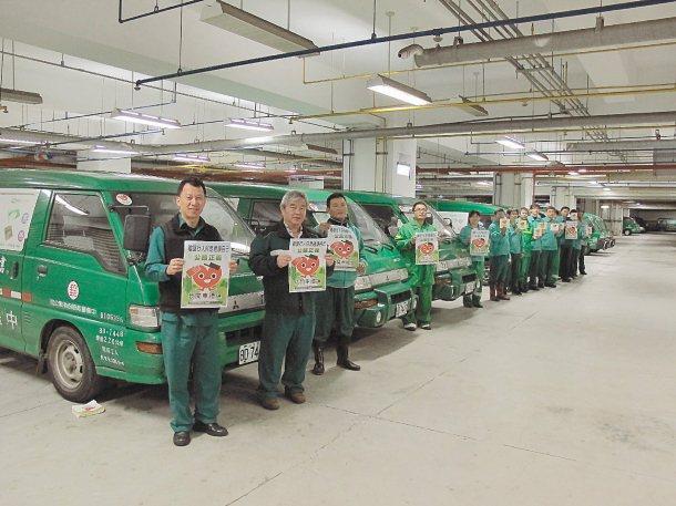 中壢郵局昨天起在350輛各類型公務用郵車上張貼「我開車禮讓」貼紙,讓每位員工尊重...