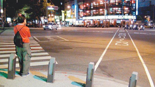 高雄市五福路兩路口新設行人專用時相,馬路中間多了X字白線行人專用區,路口號誌全是...