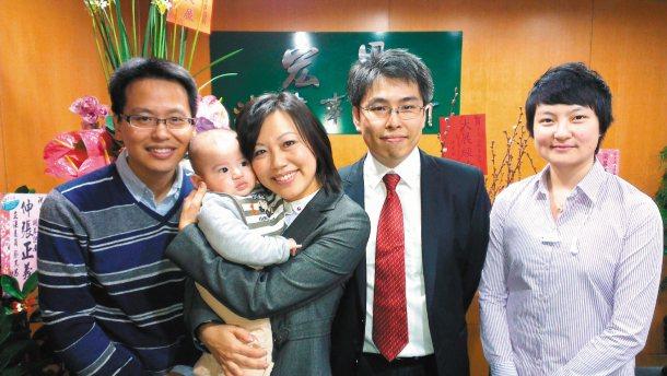 聶子修(左起)帶兒子聶宏恩,到姊姊聶瑞瑩設立的宏恩法律事務所加油打氣。 記者趙容...