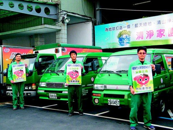 新竹郵局響應聯合報系願景工程「公路正義」,在九十一輛公務車車身貼上「我開車禮讓」...