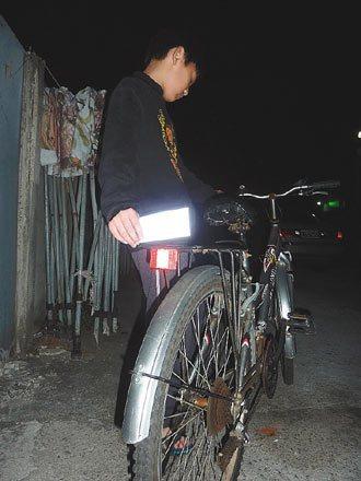 彰化縣警察局發送學生腳踏車反光貼紙,避免學生遭追撞。 記者劉明岩/攝影
