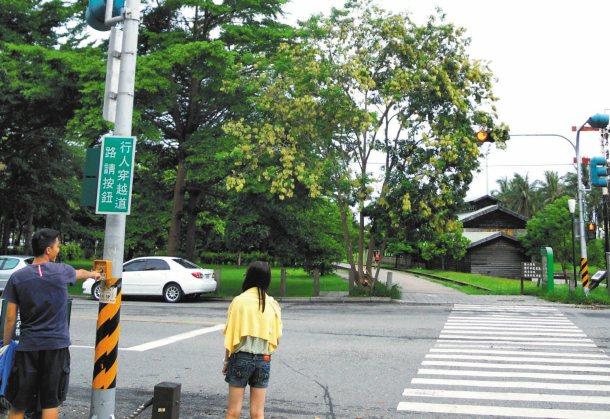 台東警方體貼行人,特別在台東市山海鐵馬人行步道,增設多處行人觸控號誌,確保行人安...