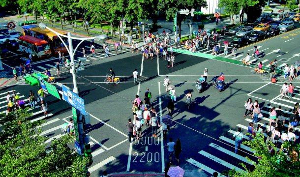 這一年來,台北市交通繁忙路口出現愈來愈多「行人專用時相」,讓行人不必再緊張慌忙,...