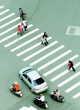 汽車禮讓行人,讓馬路不再如虎口,多一點耐心,少一點遺憾。 記者黃義書╱攝影