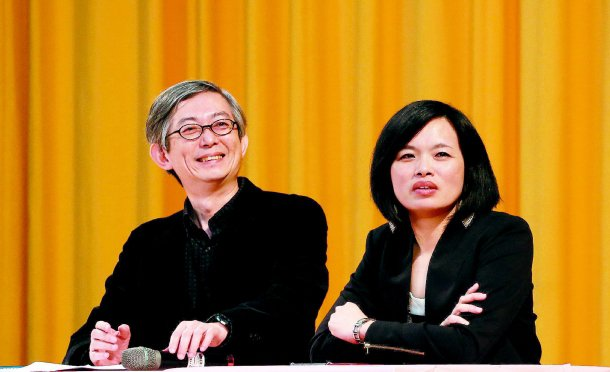 聯合晚報執行副總編輯何振忠(左)說,「公路正義」是做功德的事。右為另一主講者蔡惠...