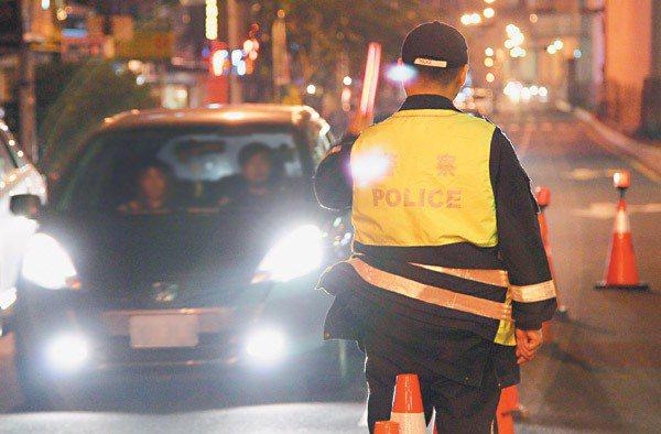 圖為警方執行酒駕攔檢勤務。 報系資料照