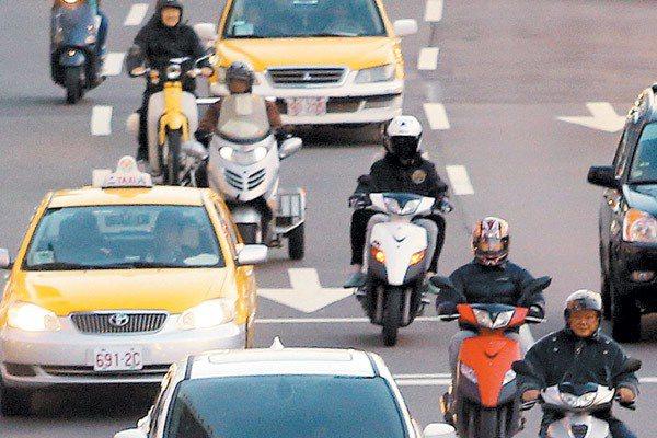加強機車駕駛禮儀,是公路正義還要努力的目標。 記者侯永全/攝影