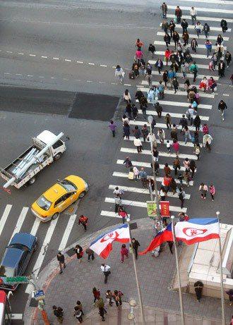 車輛禮讓走斑馬線的行人。 記者蘇健忠/攝影