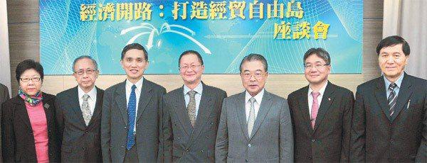 「關鍵兩年,台灣快轉」追蹤座談會以「經濟開路:打造自由島」為題舉行座談,經建會副...
