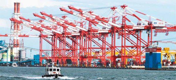 高雄港曾經排名世界前三名,可是在全球經濟的賽跑中,台灣港埠的貨櫃裝卸量十年來近乎...