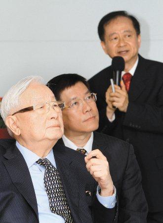 張忠謀(左)。