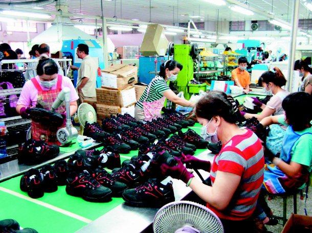 製鞋業雖然這幾年大量出走,台商仍掌控全球製鞋業命脈,圖為製鞋大廠寶成在彰化永靖的...