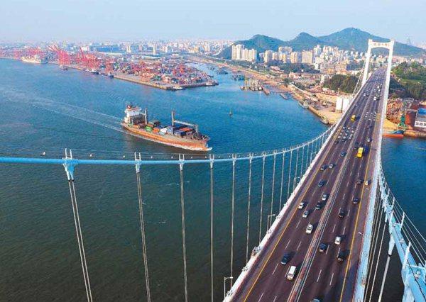 十年來,看不見經濟的活水,科技泡沫、金融海嘯加上大陸擠壓,台灣在國際經貿的航道愈...