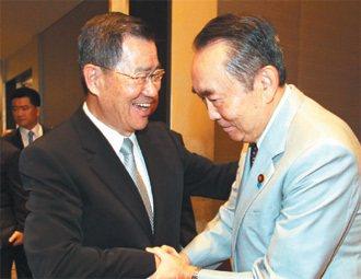 經濟部台日產業合作訪問團最高顧問的前副總統蕭萬長(左)昨天出席「日華議員懇談會」...