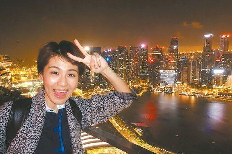 曾沛慈年初八時,首次以歌手身分到新加坡,這是她第一次在獅城開唱,千人的場子也是早就票房秒殺。她也趁空當起觀光客,到金沙酒店半空酒吧體驗。