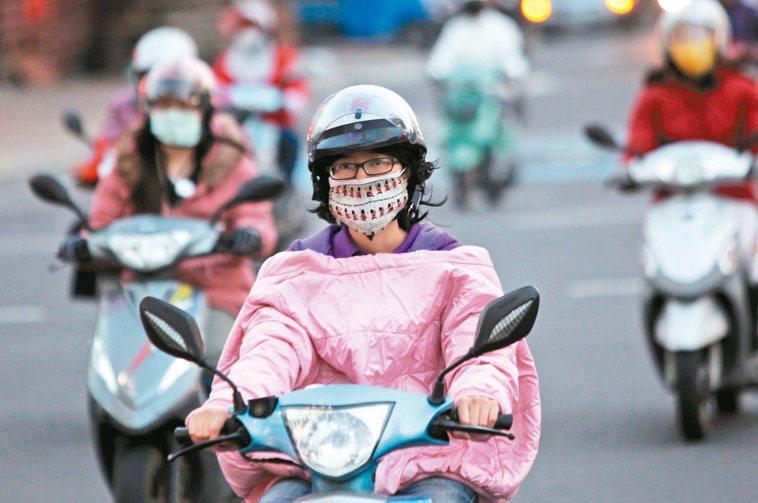 高雄的天空台灣西部縣市細懸浮微粒濃度都超標,機車騎士得全副武裝。 本報資料照...