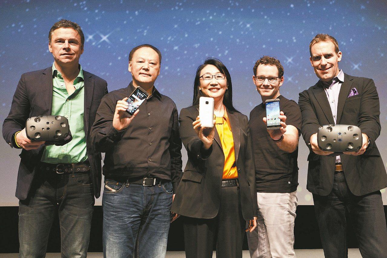 宏達電1日發表新品,左起宏達電歐洲、中東暨非洲區總經理巴萊爾、執行長周永明、董事...