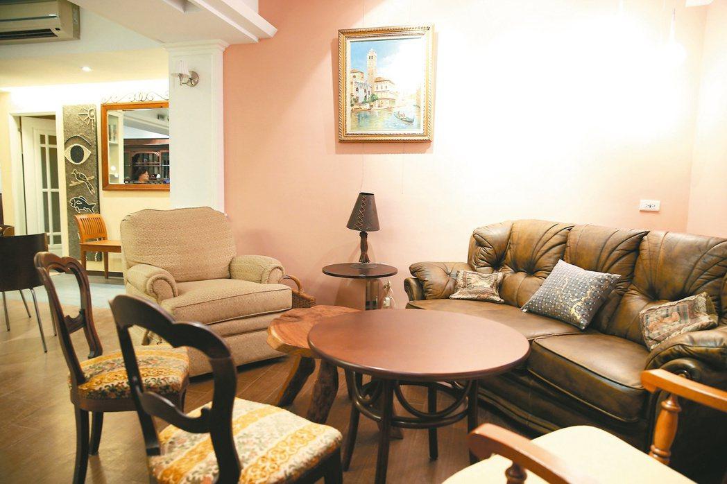 韓良露一手打造的「南村落」,曾經是社區文化沙龍的舒適空間,但這套沙發再也等不到主...