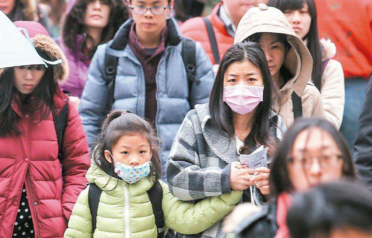 受大陸冷氣團挾帶沙塵及其他空氣汙染物影響,不少民眾出門戴著口罩,抵禦令人不適的空...
