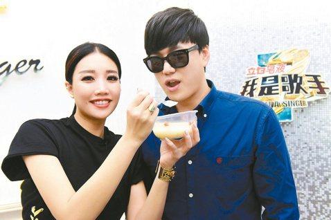A-Lin在蕭煌奇加入「我是歌手3」後,兩人成為亦敵亦友的「台灣代表」,元宵節錄影前互相餵食,爭取上台好成績。A-Lin笑說,這次兩人抽籤出場順序是5、6號,就是「56不能亡!」蕭煌奇也「練肖話」:...