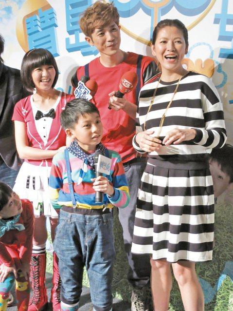 三立找來歌手蕭閎仁和草莓姐姐搭檔主持新音樂外景兒少節目「台灣eye嬉遊」,找來剛當媽的陳明真站台,過去她被叫「明真姐姐」,昨天主持人開口叫她「明真媽媽」,她坦言還真有些不習慣。陳明真還在記者會上說:...