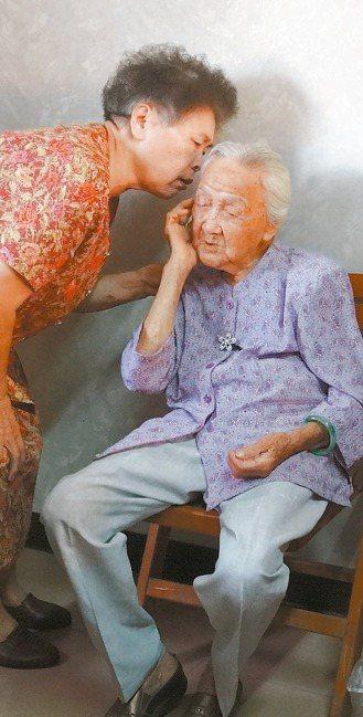 台灣老年性重聽盛行率相當高,75歲以上有四成重聽。 報系資料照片