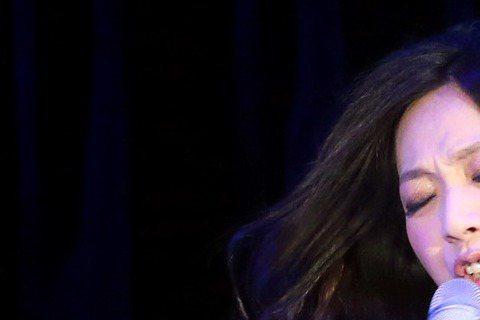 萬芳昨晚在台北國際會議中心舉辦「原來的地方」演唱會,除了演唱「新不了情」、「從前」、「我記得你眼裡的依戀」等經典歌曲,也演唱了新歌「練習失去」獻給恩師李國修,唱到情深處一度哽咽。回歸歌手身分,萬芳也...