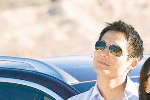 大陸女星周迅與華裔美籍的高聖遠去年7月結婚後,因夫妻倆人都忙於工作,近日才抽空到美國好萊塢共渡蜜月,不料卻遭到狗仔跟拍,當場上演飛車追逐。根據美國娛樂節目報導,周迅夫妻倆人的座車在好萊塢郊外遇到狗仔...