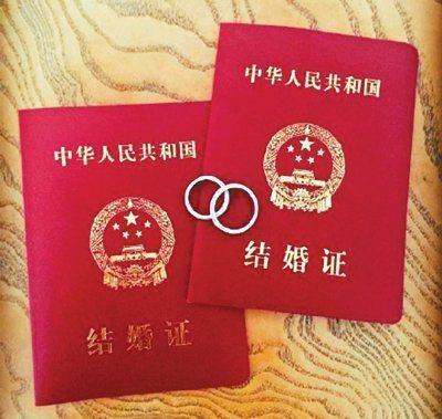 吳奇隆貼出結婚證和婚戒照片,宣布和劉詩詩登記結婚。  圖/摘自微博