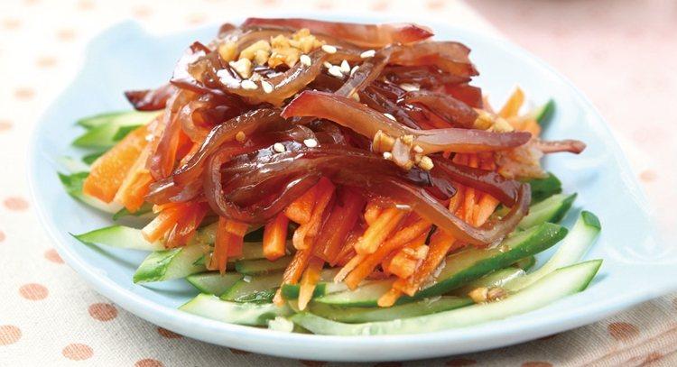 有些食物如菠菜、木耳等,雖然含鐵量較高,但補鐵效果較差。圖為黑木耳涼拌菜。 圖片...