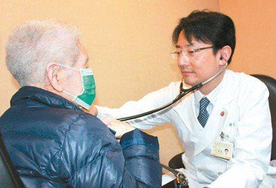 尹老奶奶(左)主動脈瓣膜狹窄,北榮團隊利用「經導管主動脈瓣膜置換術」更換人工瓣膜...