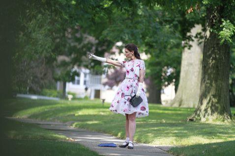 女星凱蒂荷姆絲努力朝演技派一線女星目標前進,最近在新片「甜心殺手」中,不只挑戰當女殺手,連片中角色的造型服裝也親自打理,更大方出借心愛的洋裝及珍藏的20雙瑪麗珍鞋供劇組使用。