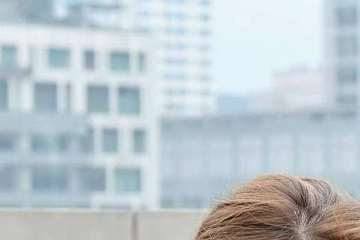 Melody和李詠嫻為衛視「媽媽咪呀」挑戰高樓垂降任務,兩人被帶到位於14層樓的高台,李詠嫻神色自若,不過有懼高症的Melody卻嚇到腿軟,死抱著柱子不敢靠近,不斷狂喊「我沒有辦法!」兩人化身霹靂小...