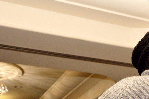 三立、東森週五華劇「22K夢想高飛」前晚殺青酒,李國毅大解放成為人型立牌,現場不斷有工作人員大喊「哥」,親大腿玩親親樣樣來。李國毅在殺青酒中秀新髮型,染了一頭藍色頭髮,並表示染髮是慣例,別人戲殺青是...