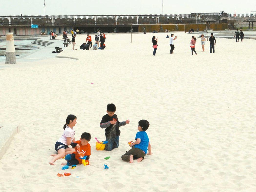 白色沙灘區是小朋友的最愛,也是漁人碼頭人氣指數最高的遊樂點。