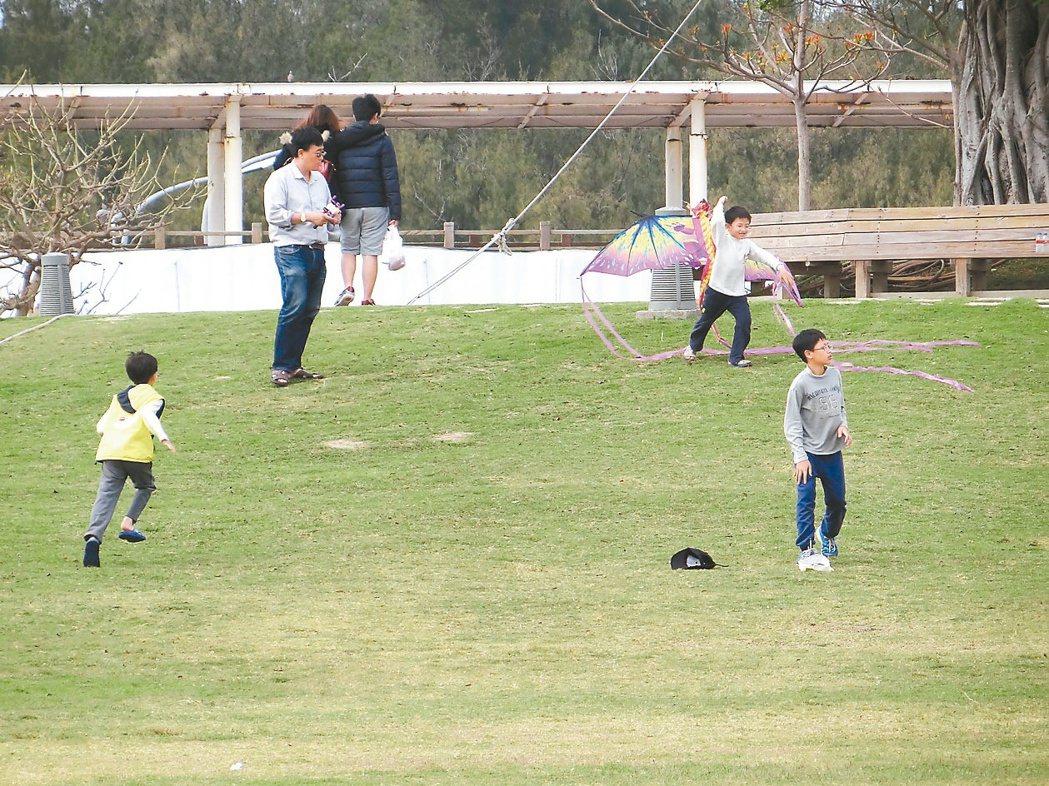 「舞風草坪」假日常可看到民眾在此放風箏。