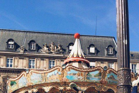 外號「陳大發」的陳意涵個性大剌剌,最近她到法國巴黎參加時裝周,空檔時悠遊巴黎街頭,居然找了根柱子玩起倒立!照片中她還把腿張開成V字(圖左),這可是需要點功夫的呀!陳意涵隨圖寫道「說好了倒立就倒立~巴...